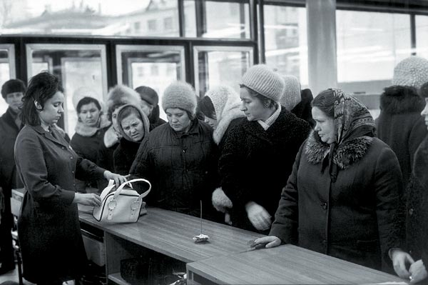 1972 Москва, У прилавка магазина на Арбате