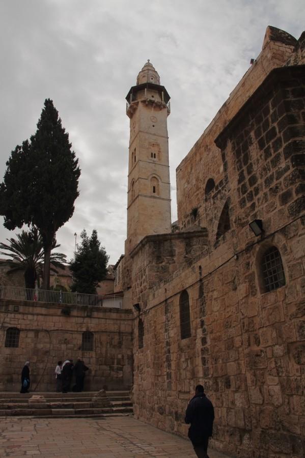 11 IMG_6847 Вид во двор из Храма гроба господня. Впереди мечеть Омара