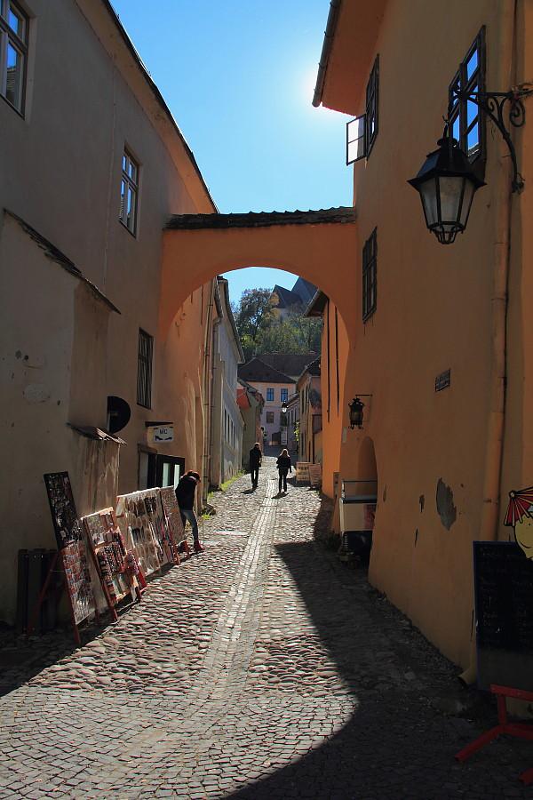 37 Стариная улочка, справа дом Дракулы.