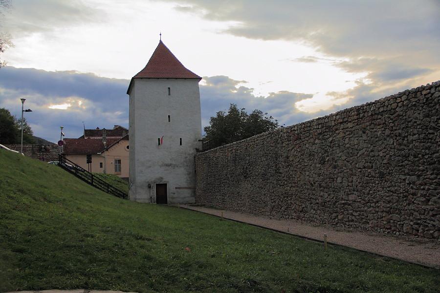 2 стены старого Брашева со смотроой башней