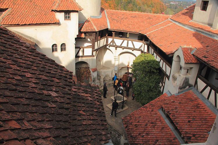 13 Внутрений дворик замка.