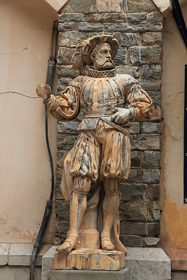 22 Скульптура у стены замка. DPP_96821076