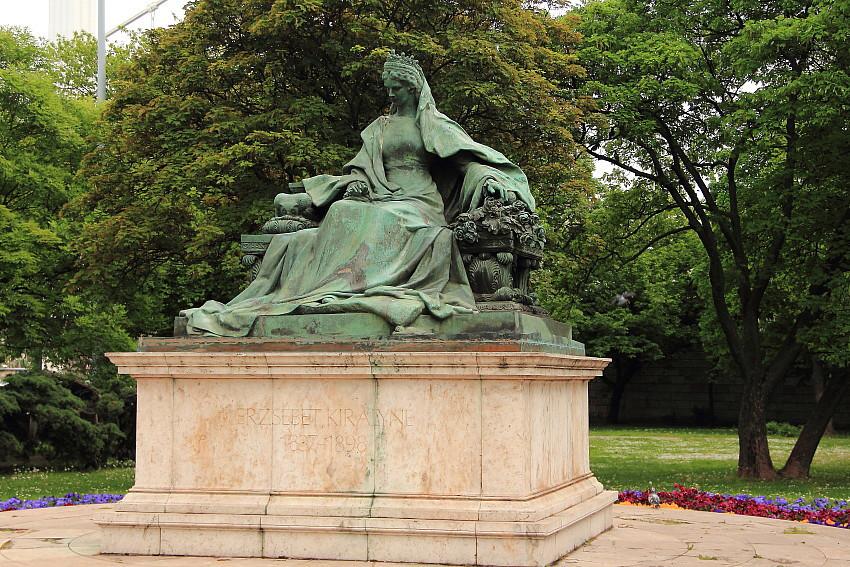 26 -  a DPP_968226 Королева Эржебет в парке Буды.