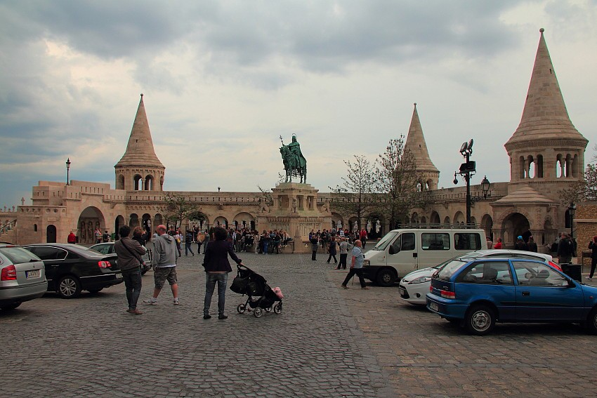 39 - DPP_968241 Рыбацкий  Бастион, а перед ним статуя Короля Иштвана - первого венгерского короля.
