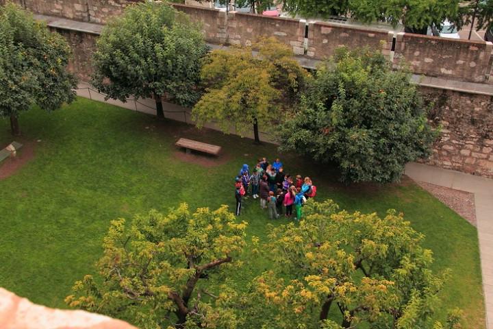 DPP_019 Дети в саду замка