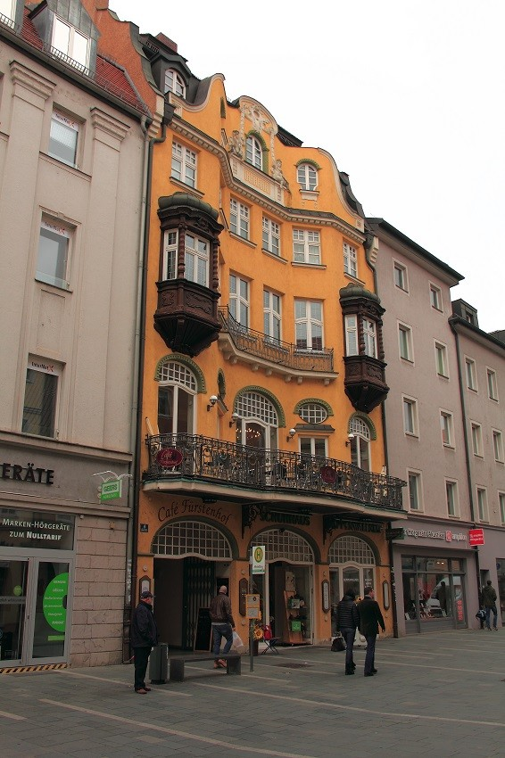 IMG_8057m Старинное здание с ажурным балконом