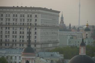 Часы на Спасской башне, Lumix GF1, 14-140 (приведенных получилось 290мм) на длинном конце, 28 апреля 2012г.