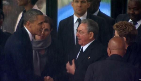 Обама пожимает руку Кастро