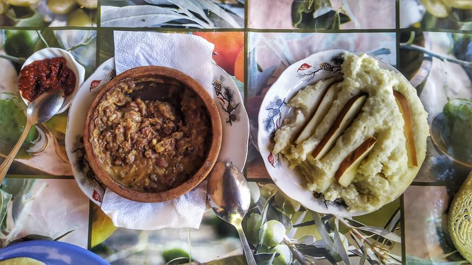 На фото слева направо: аджика, акуд, мамалыга с сыром