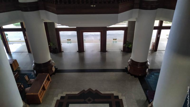 Отель Welcome Jomtien в Паттайе. Вид на холл отеля. Фото: Саша Савичева.