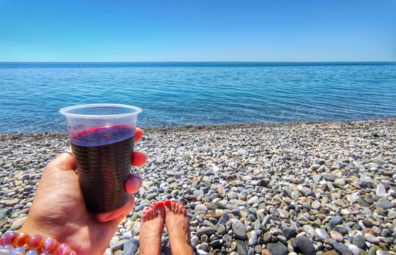 Я не помню, что именно в бокале — гранатовый сок или вино. Но пусть будет вино.