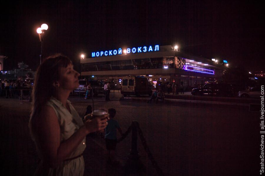 Новороссийск ночью и неожиданный салют в бухте