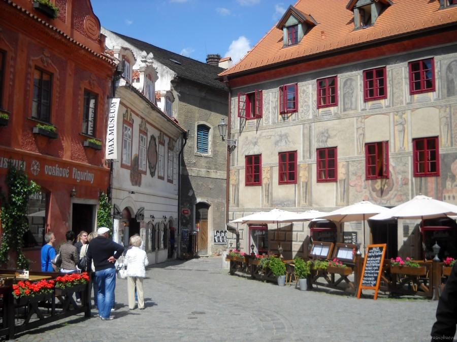DSCN3376 крошечная площадь Na Louzi (На Луже)Дом справа с шикарными серыми росписями времен Вильгельма фон Рожмберга (Розенберга) на ул.Каёвской