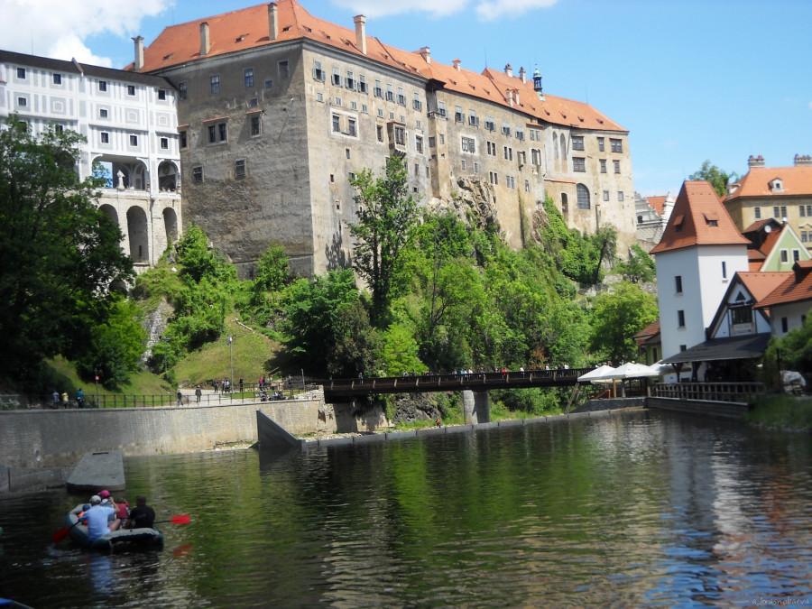 DSCN3457 Замок южные внешние стены т.н. «верхнего замка» (4-й и 3-й дворы) обрываются к реке Влтаве