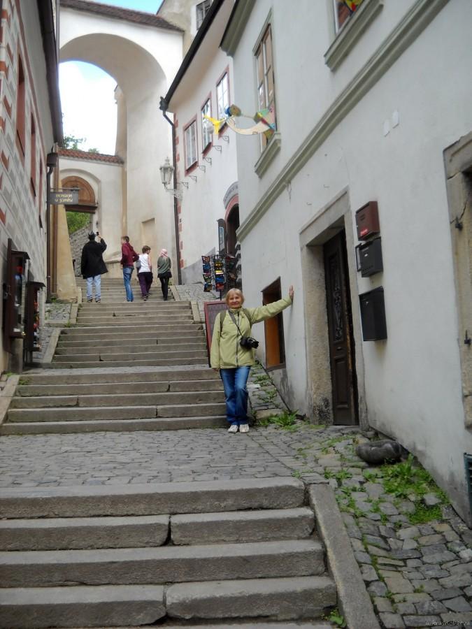 DSCN3513  Белая замковая лестница довольно круто идет вверх, приводя в 1-й внутренний двор Замка.