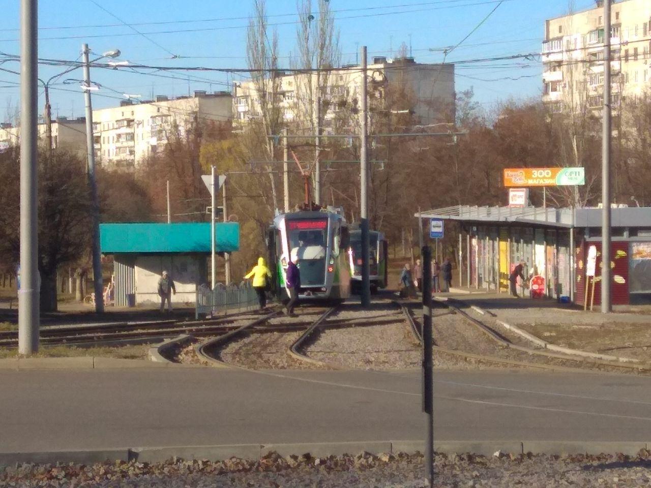 Оба человека на рельсах - находятся за оградой. Один из них - водитель трамвая.
