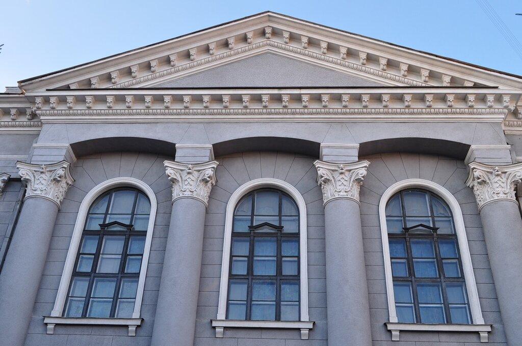 Верхняя часть одного из зданий Харьковского национального университета радиоэлектроники.