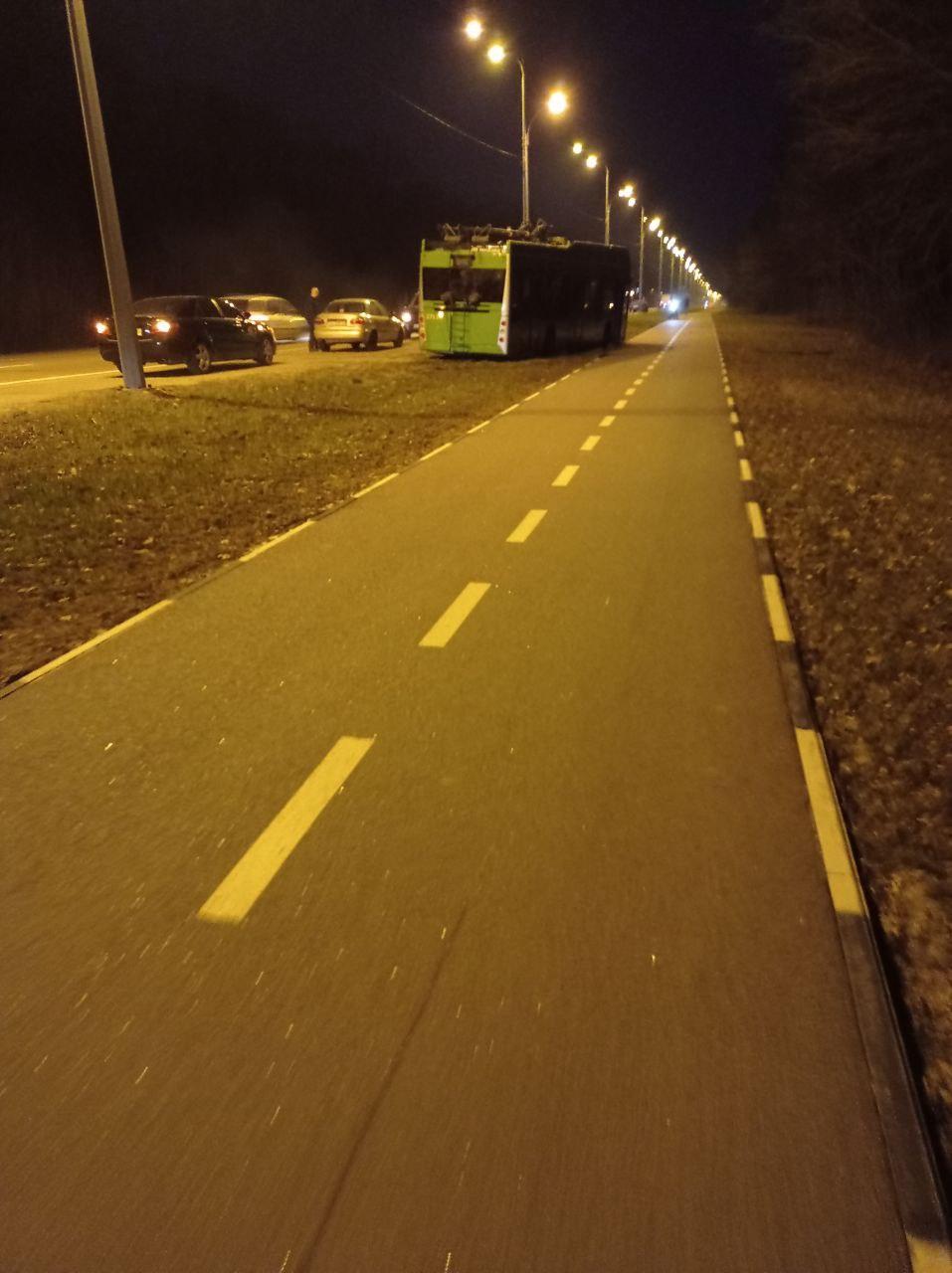 12 апреля троллейбус 50 маршрута после отказа батареи при попытке разворота съехал с трассы и там же застрял. Фото https://t.me/PyatHat_talk/61908
