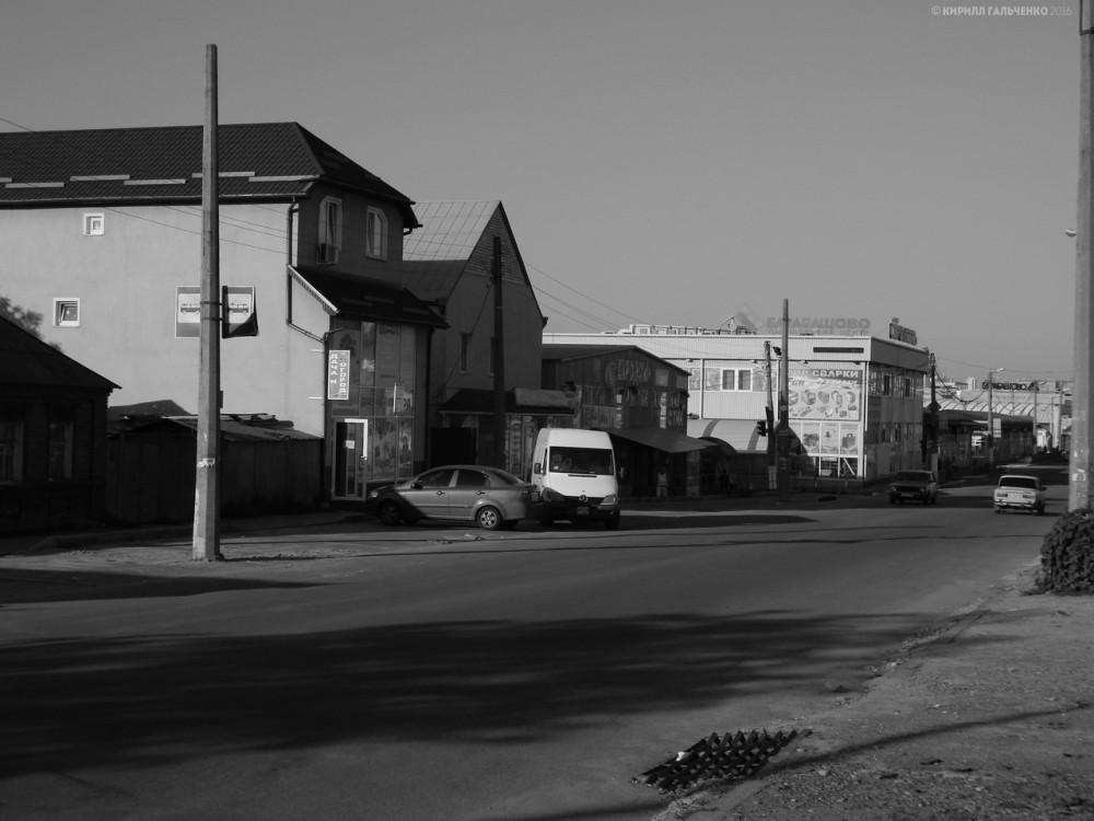 От линии к м. Защитников Украины по Тюринской остались лишь столбы в 2016 г. Движение прекратили в 2008, кто подал проект на приостановку, и догадываться не приходится.