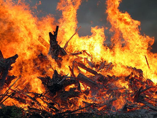 640px-Midsummer_bonfire_closeup
