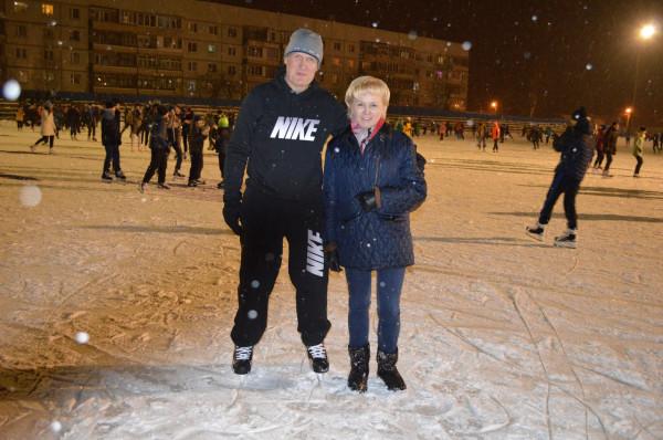 Боровичи: cубботний вечер на ледовом катке