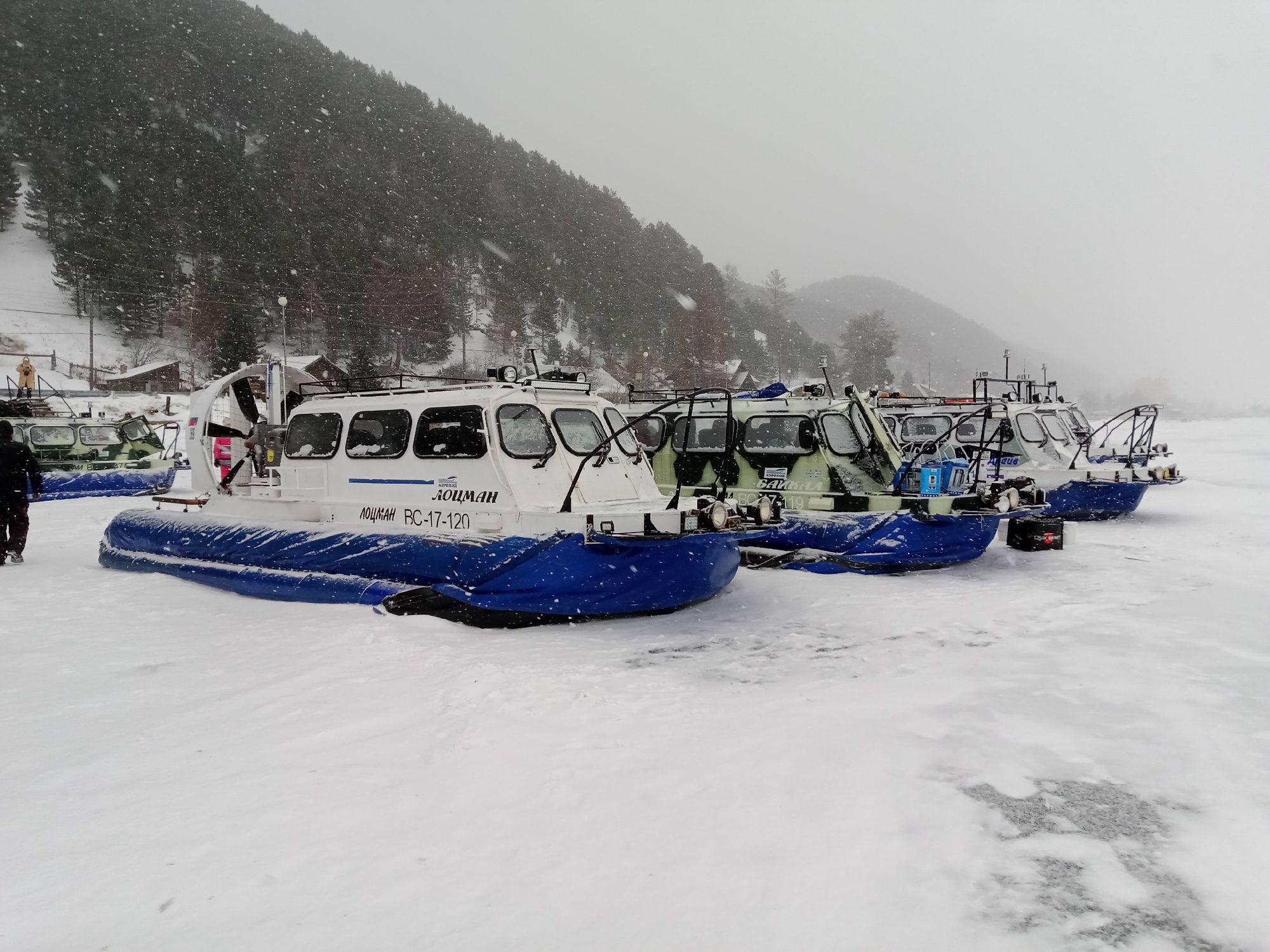 Хивусы - суда на воздушной подушке доставляют туристов по льду Байкала до мест назначения