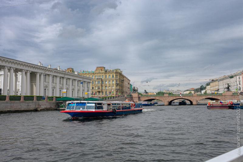 Аничков мост находится на Невском пр., в Санкт-Петербурге