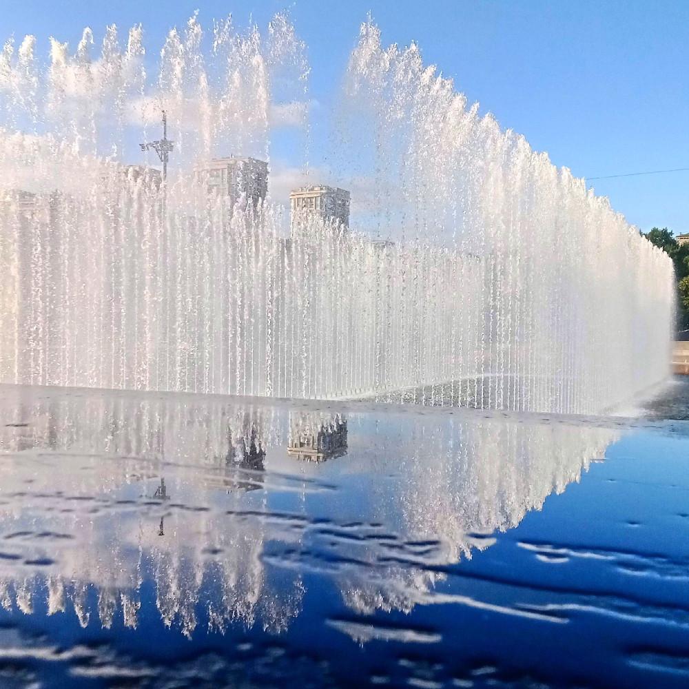 Небо и фонтаны в отражении