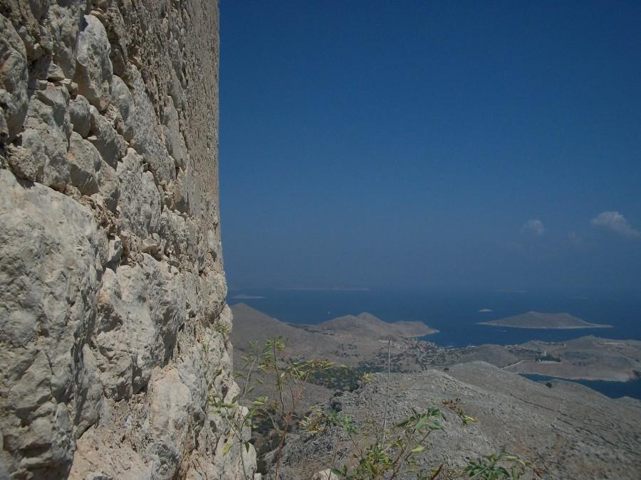 Крепостная стена с одной стороны