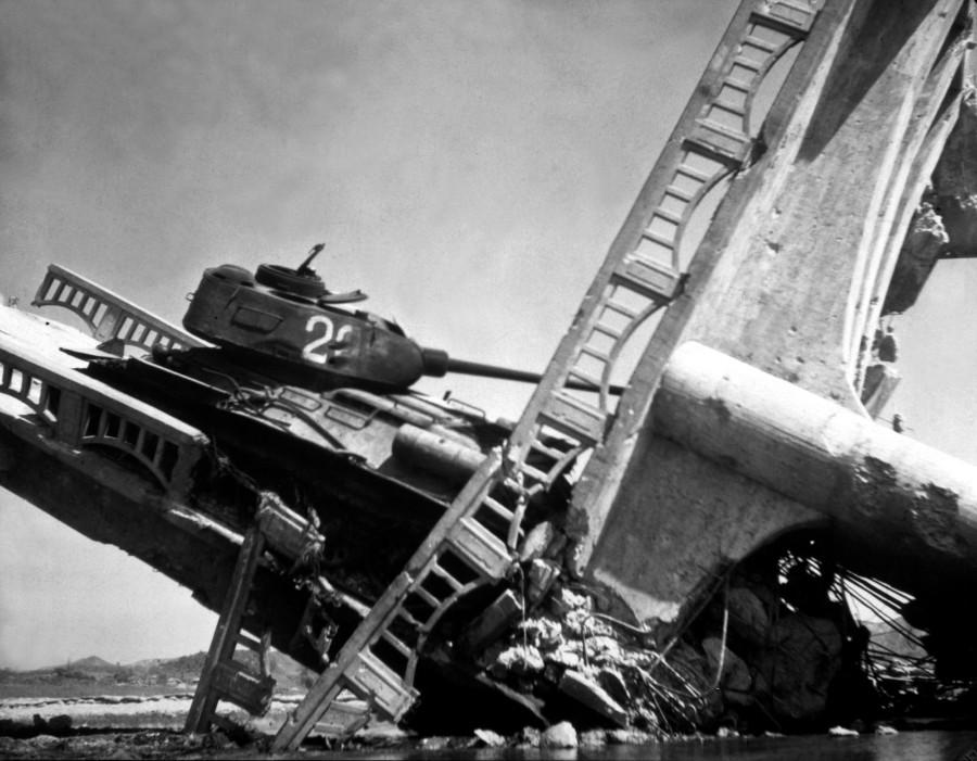 Wrecked_North_Korean_tank_on_bridge_south_of_Suwon_HD-SN-99-03158