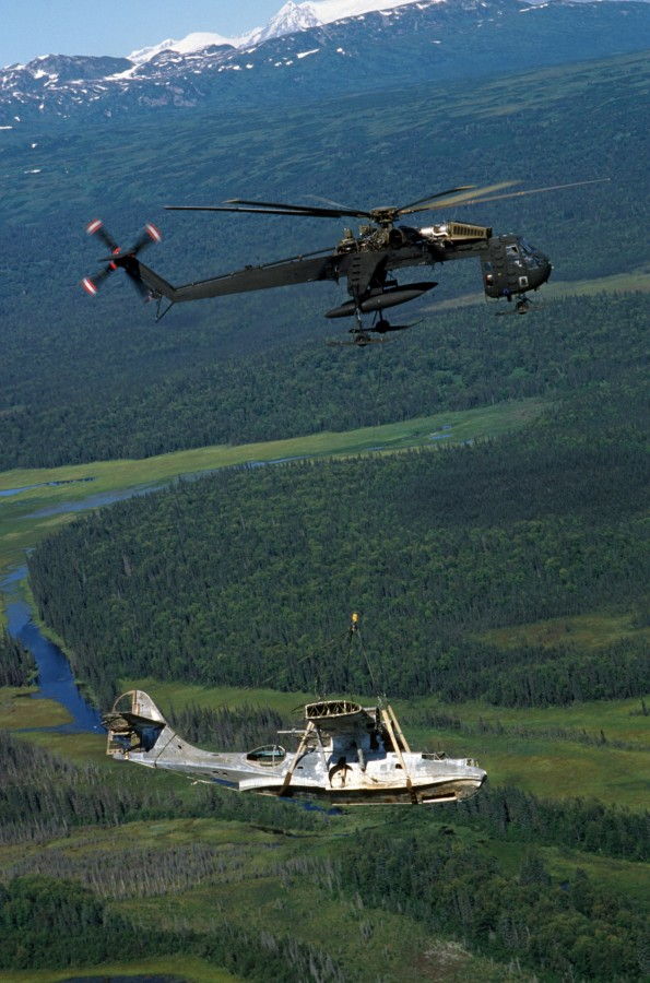 CH-54_with_OA-10A_wreck1_in_Alaska_1987