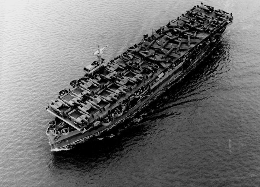 USS_Barnes_(CVE-20)_transporting_P-38s_and_P-47s_1943