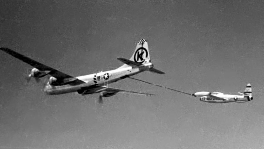 KB-29_refueling_F-84E_over_Korea_c1952
