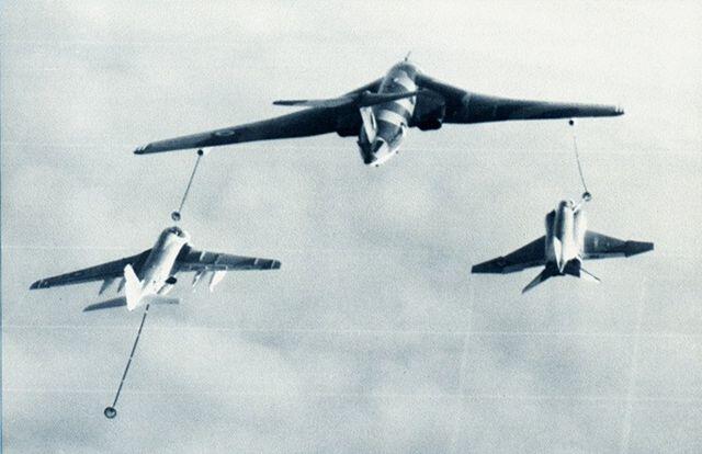 640px-RAF_Victor_refuels_USN_KA-6D_and_F-4J_1971