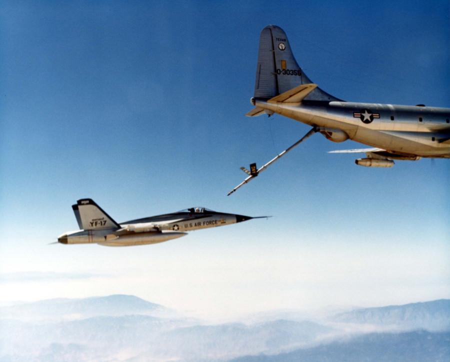 YF-17_Cobra_refueled_by_KC-97L