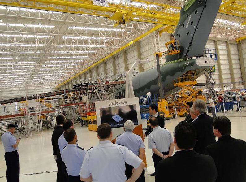 KC-390-visita-do-comandante-da-Força-Aérea-do-Chile-à-Embraer-foto-FACh