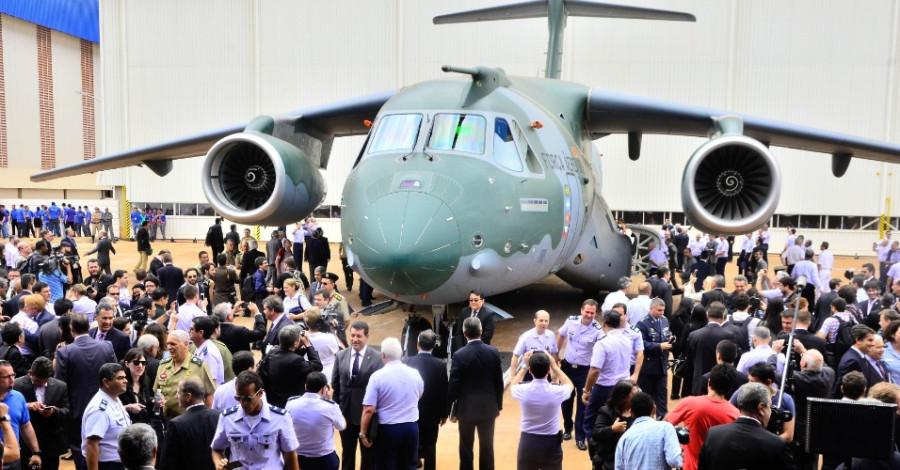 embraer-apresenta-o-prototipo-do-cargueiro-militar-kc-390-na-cidade-de-gaviao-p(6)