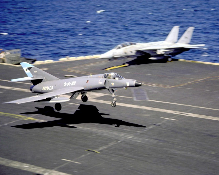 901023-Super Etendard of the Argentine Navy of the USS ABRAHAM LINCOLN (CVN-72)_04