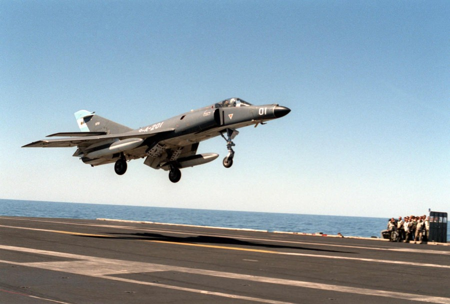 901023-Super Etendard of the Argentine Navy of the USS ABRAHAM LINCOLN (CVN-72)_17