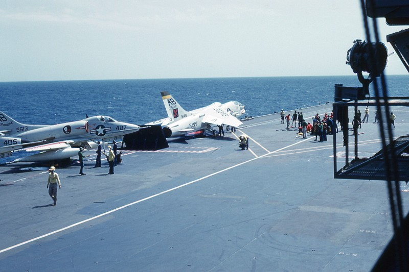 flight-deck-launch10-f8e-crusader