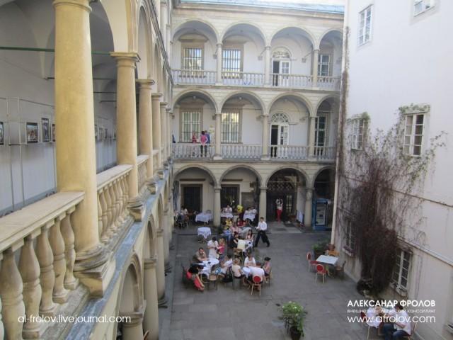 Маленький дворик музея