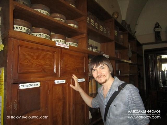 Зайдя в дверь за прилавок, попадаешь в настоящий музей