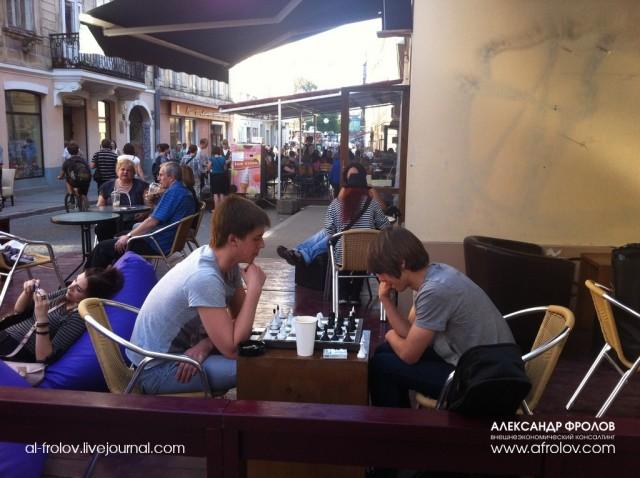 Кофейни летом, занимают все улочки, в старом Львове