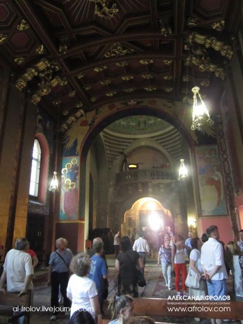 Внутреннее убранство армянской церкви