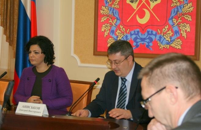 Елена Николаева и заместитель министра строительства, жилищно-коммунального и дорожного хозяйства Дмитрий Аниськов