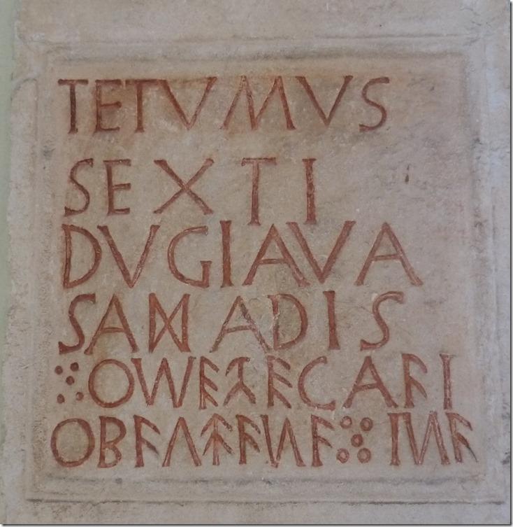 Надгробная табличка на латинском и кельтском языках.Перевод надписи: «Тетумус, сын Секстуса и Дугиава, дочь Сашадиса погребены здесь»