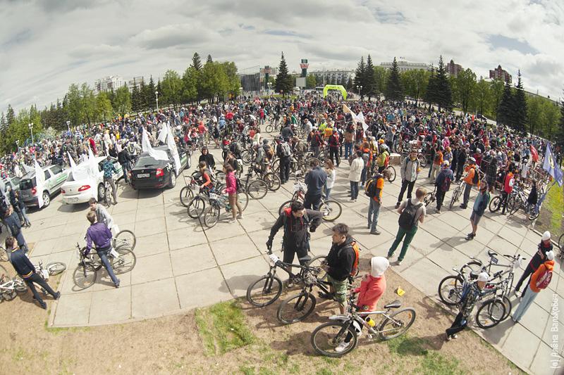 Собралась на Горсовете огромнейшая толпа велосипедистов от мала до велика.