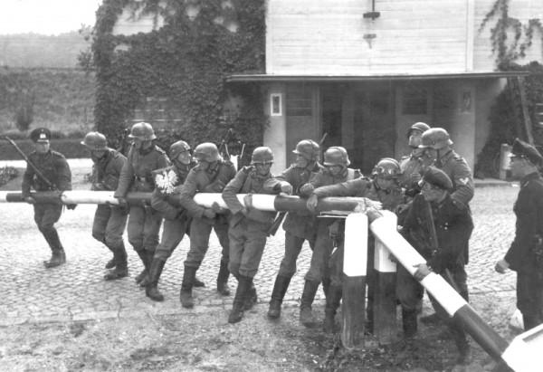Немецкие солдаты ломают польский шлагбаум на границе