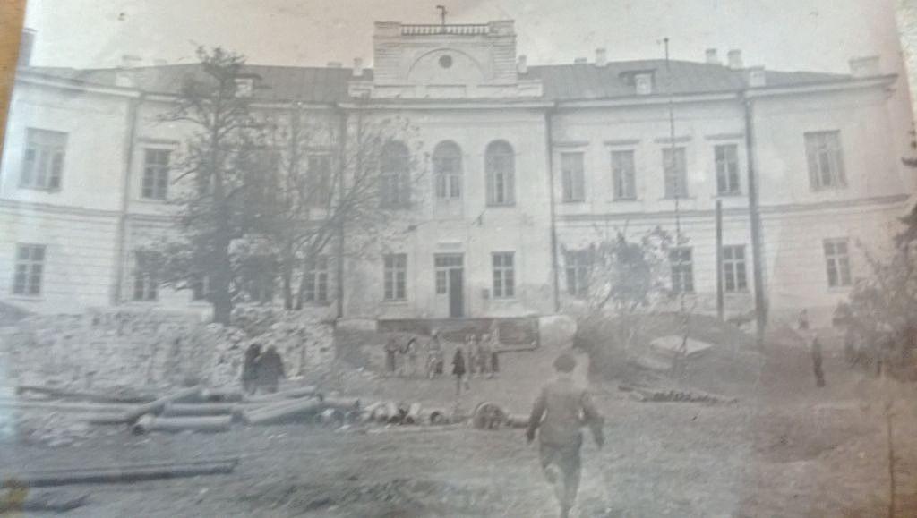 Восстановление  имения  в  первые  послевоенные  годы. Неужели  тогда  было  больше  денег.  чем  с  е  й  ч  а  с...