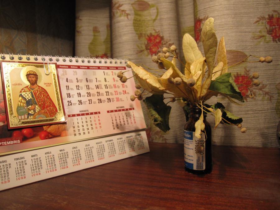 Букет из соцветий липы и календарь